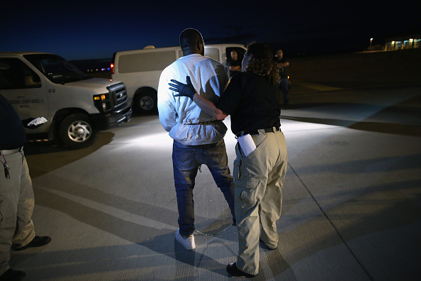 Arizona「ICE Deports Undocumented Immigrants Via ICE Air」:写真・画像(14)[壁紙.com]