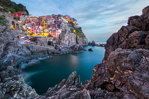 Manarola「Italy, Cinque Terre, Manarola, Townscape at sunset」:スマホ壁紙(16)