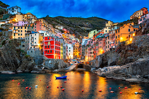 Famous Place「Italy, Cinque Terre, view to Riomaggiore at dawn」:スマホ壁紙(18)