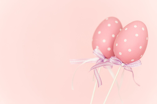 イースター「Pink plastic easter eggs before pink background」:スマホ壁紙(1)