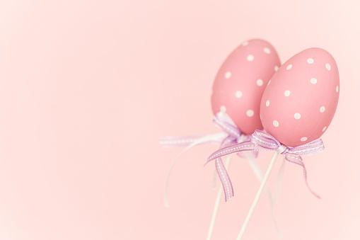 イースター「Pink plastic easter eggs before pink background」:スマホ壁紙(8)