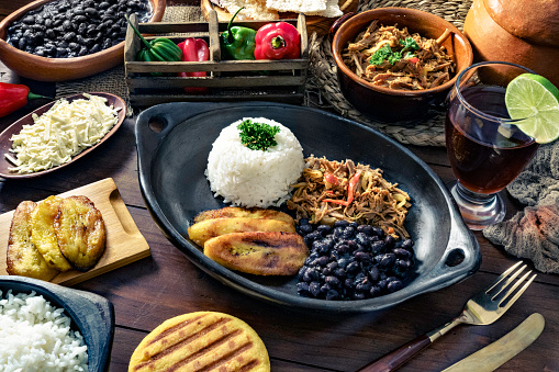 Latin American Culture「Venezuelan traditional food, Pabellon Criollo with arepas, casabe and papelon with lemon drink」:スマホ壁紙(3)