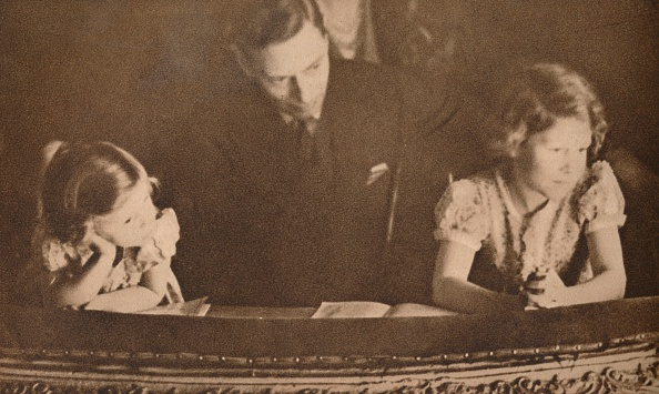 Childhood「The Duke of York and Princesses Elizabeth and Margaret at the pantomime, 6 February 1935.  Artist: Unknown.」:写真・画像(14)[壁紙.com]