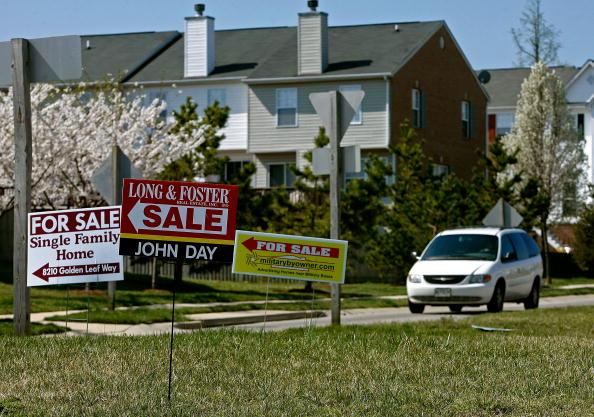 For Sale「For Sale Signs Multiply With Weakening Housing Market」:写真・画像(0)[壁紙.com]