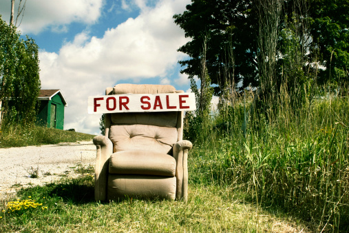 Second Hand Sale「For Sale sign on an old recliner chair」:スマホ壁紙(6)