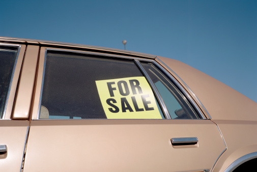 Used Car Selling「'For Sale' sign placed in car window, outdoors, close-up」:スマホ壁紙(10)