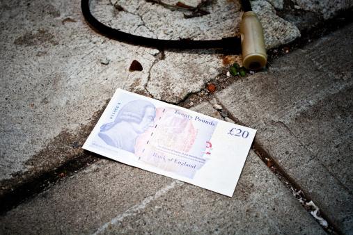 Economic fortune「Twenty pound note lost on sidewalk」:スマホ壁紙(15)