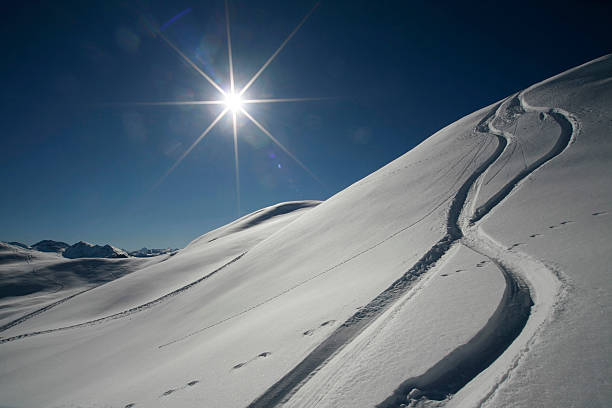 Austria, Kitzbuehel, snow with ski tracks against the sun:スマホ壁紙(壁紙.com)