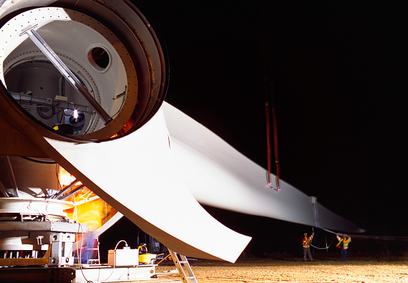 Propeller「Long exposure image of workers assembling the hub and blades of a giant Enercon wind turbine at night.」:写真・画像(8)[壁紙.com]