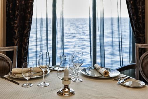 恋愛「高級レストランのテーブルセッティング、2 つの海の眺め付き」:スマホ壁紙(17)
