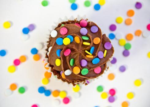 カップケーキ「米国、カロライナ、メックレンブルグ郡、チョコレートのカップケーキのカバーにマルチカラーの小雨」:スマホ壁紙(19)