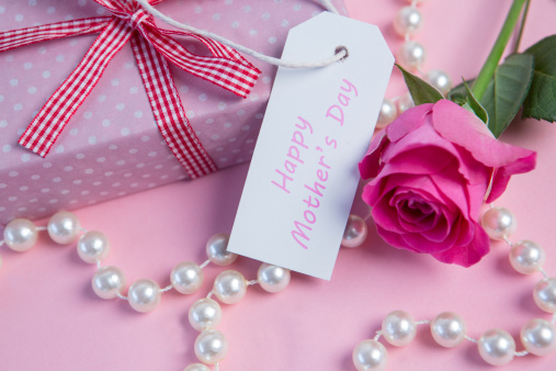 母の日「Pink rose with gift and string of pearls and tag for mothers day」:スマホ壁紙(4)