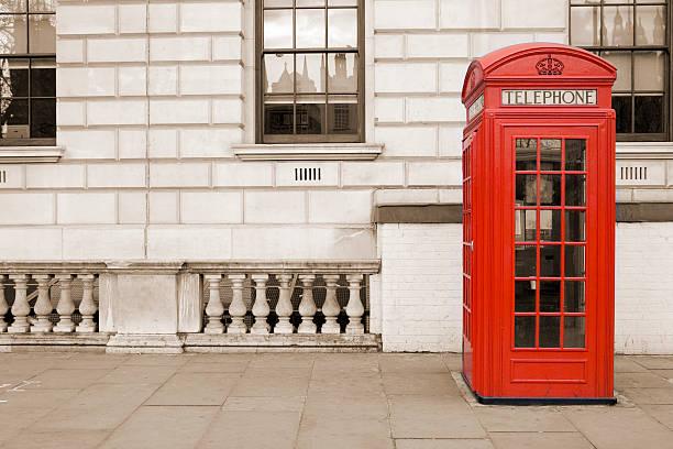 Old fashioned UK red telephone box on Whitehall, London:スマホ壁紙(壁紙.com)