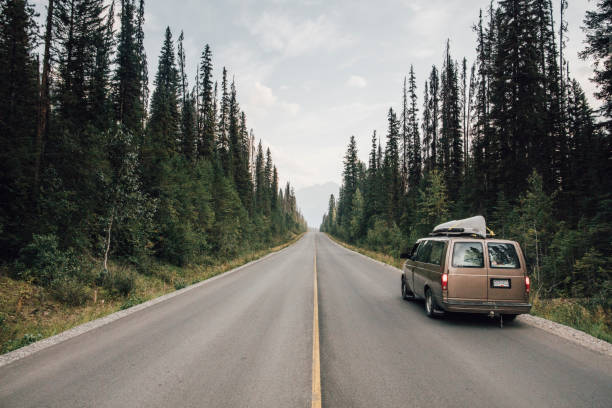 Canada, British Columbia, Emerald Lake Road, Yoho National Park, van on road:スマホ壁紙(壁紙.com)