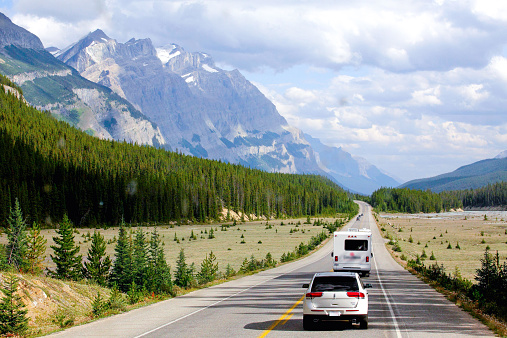 自動車「Canada, British Columbia, Cars on Trans Canada Highway」:スマホ壁紙(19)