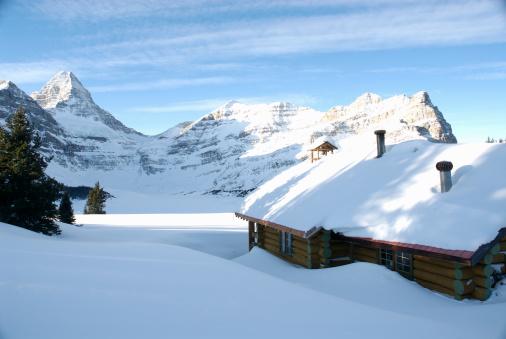 Mt Assiniboine「Canada, British Columbia, Mt Assiniboine lodge under deep winter snow」:スマホ壁紙(15)