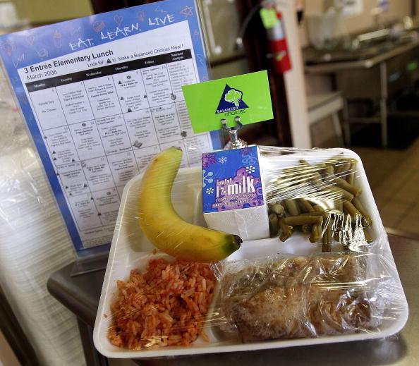 Salad「Senator Dick Durbin Tours New Healthy Lunch In Schools Program」:写真・画像(17)[壁紙.com]