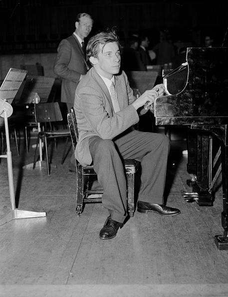 プレーする「Glenn Gould Playing」:写真・画像(1)[壁紙.com]