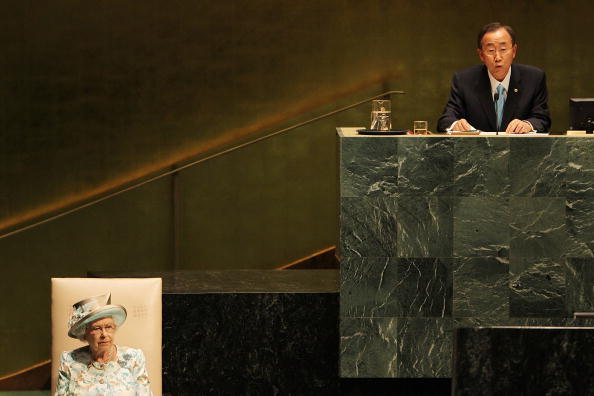 Two People「Queen Elizabeth Visits The United Nations In New York」:写真・画像(15)[壁紙.com]