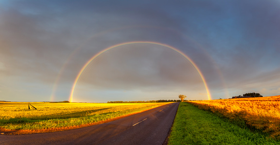 East Lothian「Double rainbow arching over empty countryside highway」:スマホ壁紙(6)