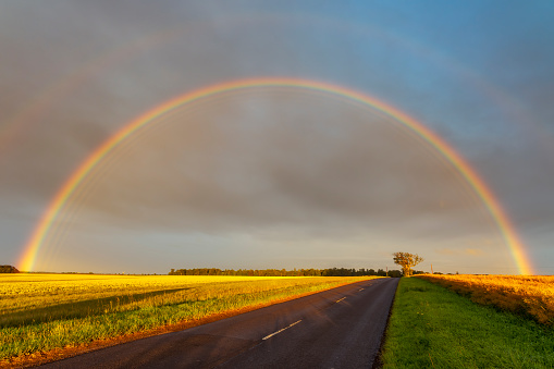 East Lothian「Double rainbow arching over empty countryside highway」:スマホ壁紙(7)
