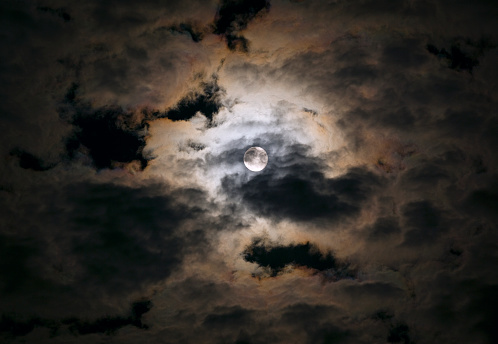 月「Full moon breaking through clouds」:スマホ壁紙(18)