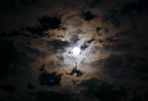 月「Full moon breaking through clouds」:スマホ壁紙(17)