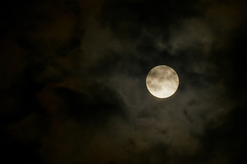 月「Full moon behind dark clouds」:スマホ壁紙(9)