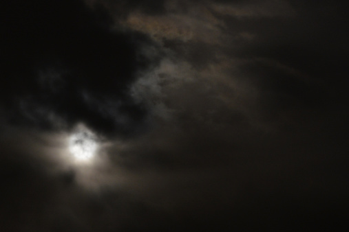 月「Full moon behind clouds」:スマホ壁紙(15)
