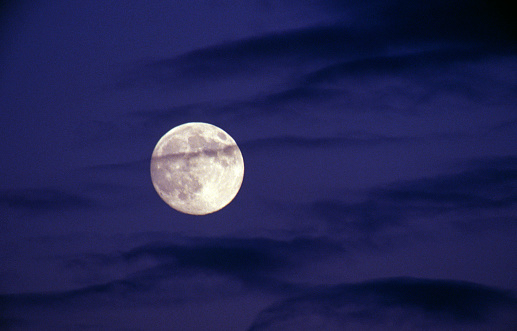 月「Full moon behind streaky dark clouds, night」:スマホ壁紙(2)