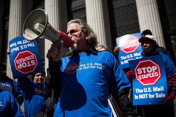 Andrew Burton「Postal Service Workers Demonstrate Against Deal Between USPS And Staples」:写真・画像(12)[壁紙.com]