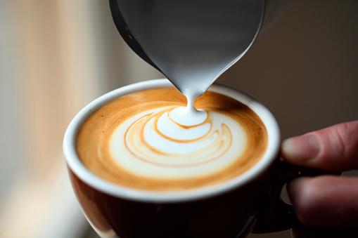 Pouring「Preparing coffee with pattern, San Francisco, USA」:スマホ壁紙(12)