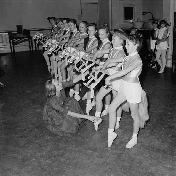 People In A Row「Ballet Rehearsal」:写真・画像(8)[壁紙.com]