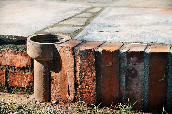 Drying「An improvised plant pot made from a section of old clay soil pipe built into a patio laid with natural stone slabs, UK」:写真・画像(10)[壁紙.com]