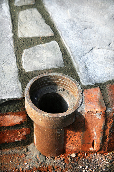 Mortar - Weapon「An improvised plant pot made from a section of old clay soil pipe built into a patio laid with natural stone slabs, UK」:写真・画像(8)[壁紙.com]