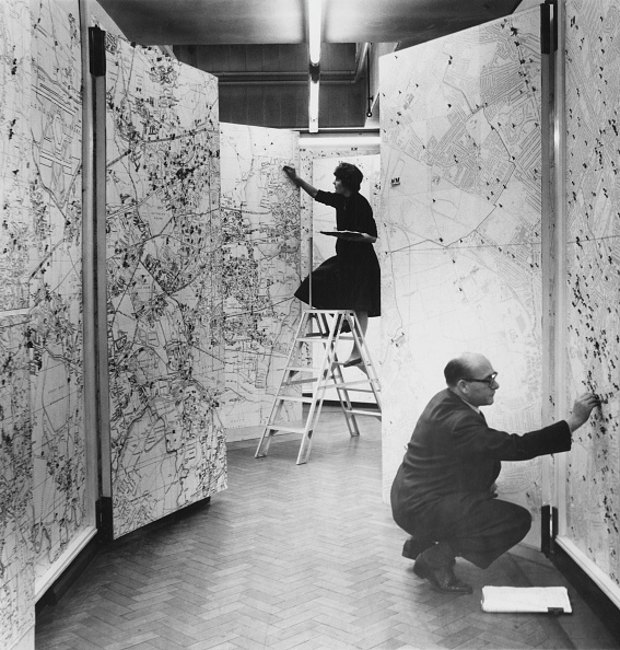 Two People「Scotland Yard Map Room」:写真・画像(2)[壁紙.com]