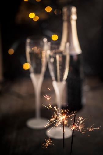 花火「Sparkler in front of two champagne flutes and bottle, studio shot」:スマホ壁紙(17)