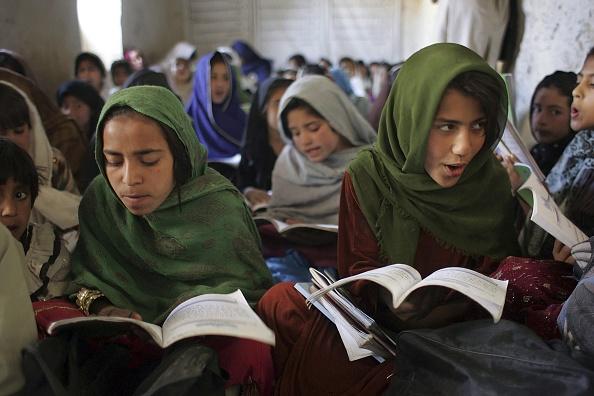 Learning「Afghan Schoolgirls Attend Classes Despite Taliban Threats」:写真・画像(16)[壁紙.com]