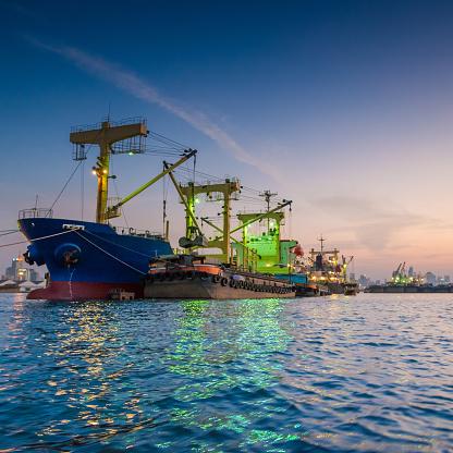 Ship「コンテイナーカーゴ貨物船にてクレーンブリッジシップヤード」:スマホ壁紙(1)