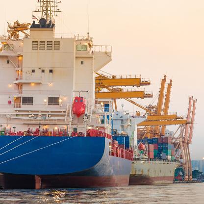 Ship「コンテイナーカーゴ貨物船にてクレーンブリッジシップヤード」:スマホ壁紙(11)
