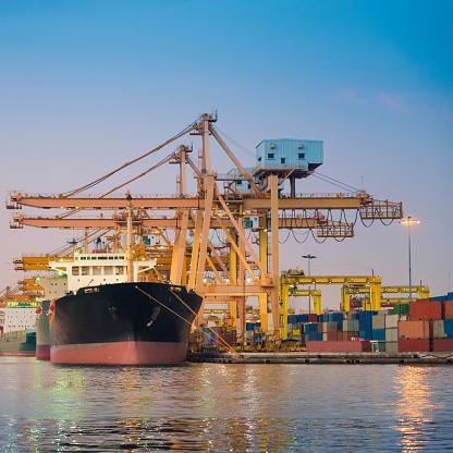 Ship「コンテイナーカーゴ貨物船にてクレーンブリッジシップヤード」:スマホ壁紙(9)