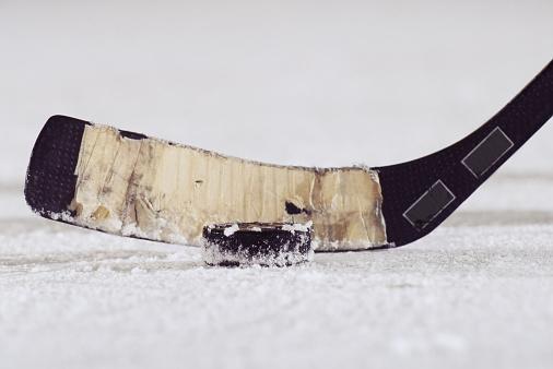 Ice Hockey Stick「Ice hockey stick and puck, close-up」:スマホ壁紙(14)