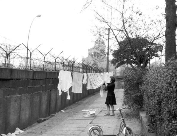 Hanging「Clothing line on the Berlin Wall, 11/13/63.」:写真・画像(6)[壁紙.com]