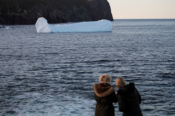 Iceberg - Ice Formation「Icebergs Off Coast Of Canada's Newfoundland Draw Tourists To Area」:写真・画像(18)[壁紙.com]