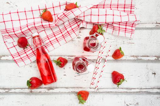 ソーダ「Three glass bottles of homemade strawberry lemonade and strawberries on white wood」:スマホ壁紙(9)