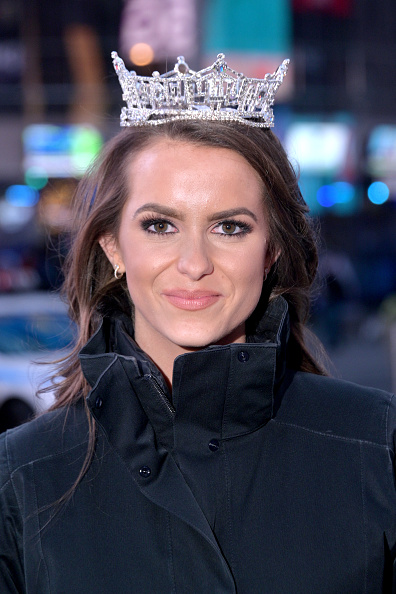 Vertical「Miss America Organization Rings Nasdaq Closing Bell」:写真・画像(18)[壁紙.com]