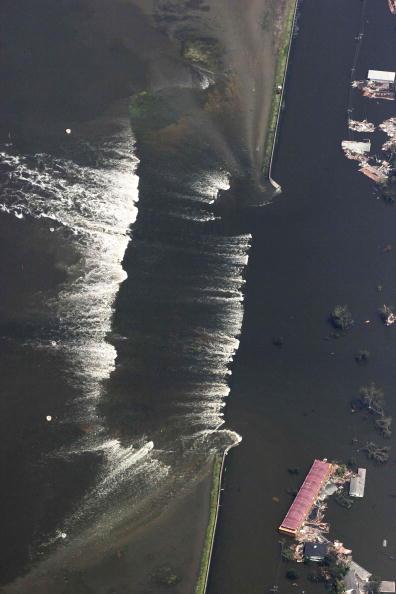 Levee「Gulf Coast Begins Cleanup In Katrina's Aftermath」:写真・画像(0)[壁紙.com]
