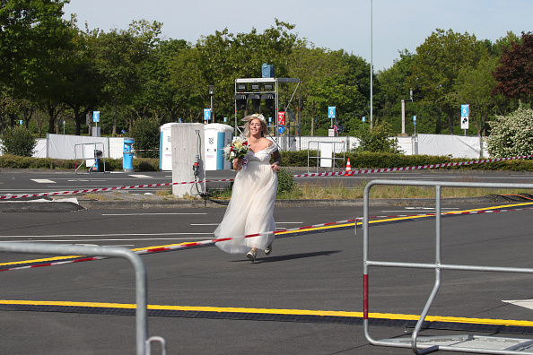 Düsseldorf「Couples Marry At Drive-In Cinema During The Coronavirus Crisis」:写真・画像(9)[壁紙.com]