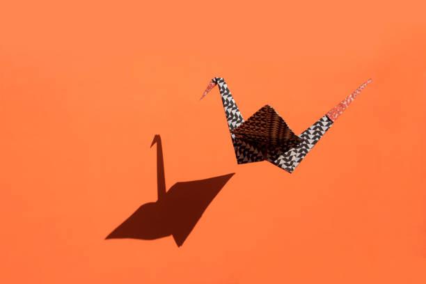 Origami crane, orange background, shadow, copy space:スマホ壁紙(壁紙.com)