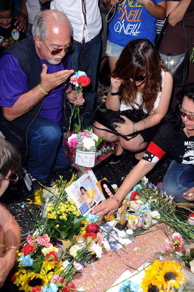 Paying「First Anniversary Of Michael Jackson's Death Recognised」:写真・画像(18)[壁紙.com]